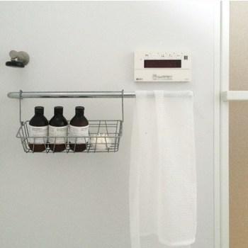"""色々な種類の掃除グッズがあると便利ですが、意外と必要ないものまで増えてしまいますよね。お家の中をすっきりさせるためには、""""掃除道具をなるべく増やさない""""というのも大事なポイント。あやこさんのお家ではバスタブは「ボディタオル」でこすり、そのまま洗濯機で洗って乾燥させます。専用の掃除グッズを増やさずシンプルにすることで、お掃除の効率もぐっと上がります。"""