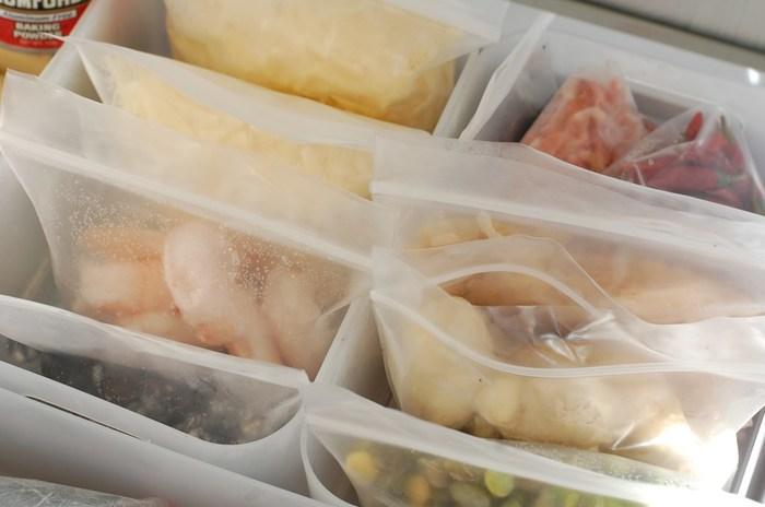 食品のパッケージはサイズがバラバラなので、同じ大きさのチャック袋に中身を移して保存しているそうです。冷凍庫の中は無印良品のPPメイクボックスで仕切っていますが、こちらのチャック袋はピッタリサイズで使い勝手も◎。透明のチャック袋なら中身が分かりやすいので、使う時も便利ですね。以下のページで「粉系洗剤の収納」と、「小物の整理」も紹介されています。ぜひ参考にしてくださいね。