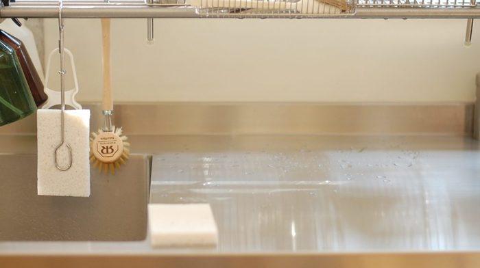 あやこさんのお家では、主にキッチンのシンク洗いと、ワークトップの拭きあげに使用しています。食器洗い用のスポンジとは別にもう一つ用意して、食器洗いの後、シンク用スポンジに洗剤を付けてシンクを洗い、ゆすいで絞ったらシンクの水分をサッと拭く、というように使っているそうです。片手で絞りやすいので、布巾に比べて使い勝手も◎。リンク先のページでは実際にスポンジを絞る様子と、スポンジの優れた吸水性が動画で紹介されています。興味のある方は、ぜひブログを覗いてみてくださいね。