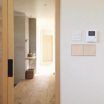 照明のスイッチやインターホン、給湯器や床暖房のスイッチなど。一か所に集まっていると操作がしやすくて便利ですが、どうしてもゴチャゴチャ感が気になりますよね。あやこさんはお家を建てる際、給湯器と床暖房のスイッチを隠すために、大工さんに小さなニッチを作ってもらったそうです。