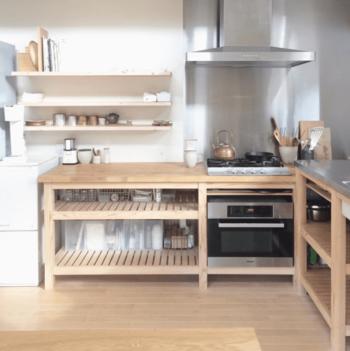 ステンレスと木のもので統一した、シンプルでおしゃれなキッチン。それぞれのパーツはあやこさんご自身で集め、大工さんに組み合わせてもらったそうです。好きなものだけで作ったお気に入りのキッチンなら、毎日料理をするのが楽しくなりそうですね。