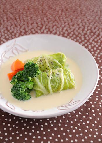 ロールキャベツならぬロール白菜。餡には、鶏ひき肉に豆腐をプラス。スープも豆乳でつくった食べ応えたっぷりのヘルシーメニューです。