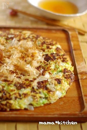 白菜と卵を使った、シンプルでヘルシーなお好み焼き。お出汁でいただくのもざん新!さっぱりしていてお箸が進みますよ。