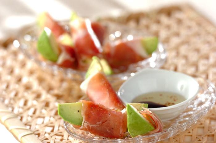「アボカド」を「生ハム」で巻いて、「オリーブオイル」と「醤油」でいただくカンタンおつまみ。 アボカドのまろやかさと生ハムの塩味がマッチします。