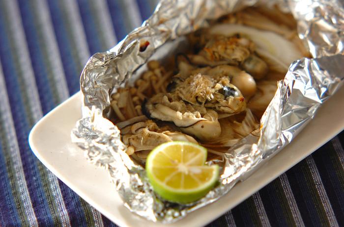冬の味覚「牡蠣」を、野菜と一緒に「ホイル焼き」にすれば、ぷっくりした牡蠣のうま味を閉じ込めた、「日本酒」にぴったりのおつまみに。  調味料と一緒にホイルに包んで焼くだけ、の手軽さもうれしいですね。