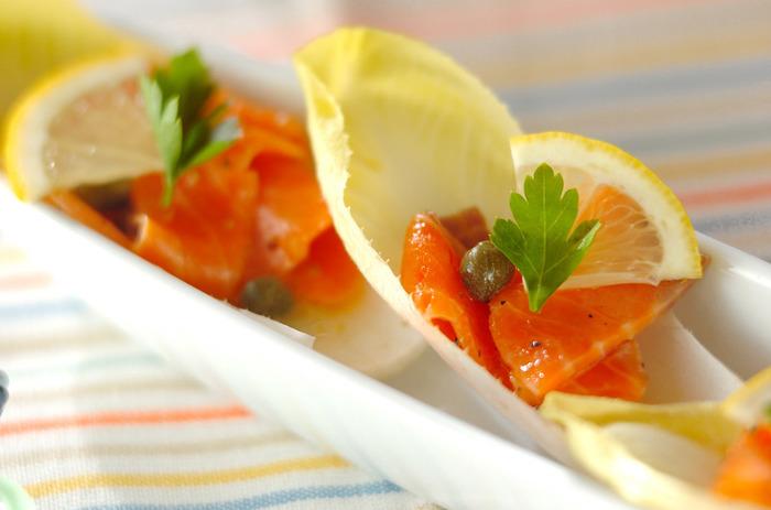 カナッペの「バゲット」を「チコリ」に替えることで、ぐっとローカロリーなおつまみに。 スモークサーモンのとろりとした「コク」と、シャキシャキのチコリの「食感」がたまりません。