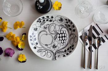 約W247×D225×H35mmのスタイリッシュな柄が素敵な、北欧食器の代表格「Paratiisi(パラティッシ)」のオーバルプレート。特別な日の食卓にも普段使いにもしっくりとけ込むスタイルはさすがです。
