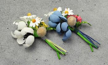 小さな花束が可愛らしいブーケタイプのコサージュです。エレガント過ぎないナチュラルな雰囲気を演出できそう。お呼ばれの席も明るくなりそうです。