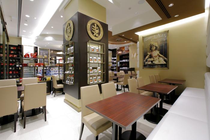 """スイスの歴史ある老舗のチョコレートブランドが提供しているカフェ""""リンツ ショコラ カフェ""""は、チョコレート好きにはたまらないお店。銀座店の店内は高級感があり、とても落ち着いた雰囲気。老舗のチョコレートブランドということもあり、チョコレートの美味しさは評判です。カフェでまったりした後は、自分自身へのご褒美に、チョコレートをセレクトしてみてはいかがでしょう。"""