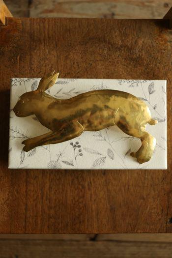 手作業で打ち出された真鍮製のブローチ。ぴょんと飛び跳ねる兎が可愛らしい。控えめな輝きが素敵です。