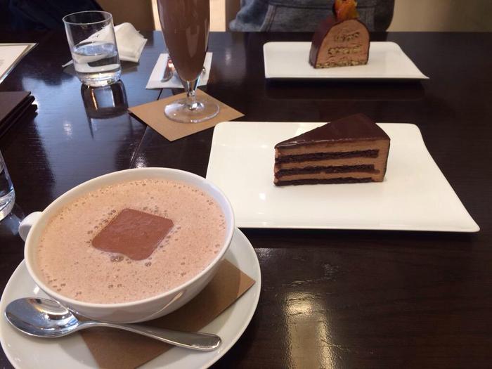 こちらはホットチョコレートとケーキのセット。数種類あるチョコレートケーキと組み合わせて楽しむことが出来ます。