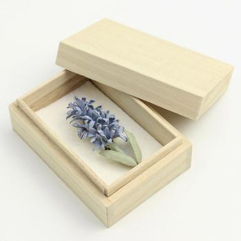 ブルーの小さな花が清楚で素敵なヒヤシンスのコサージュ。派手過ぎない控えめな様子が大人をきれいに見せてくれそう。