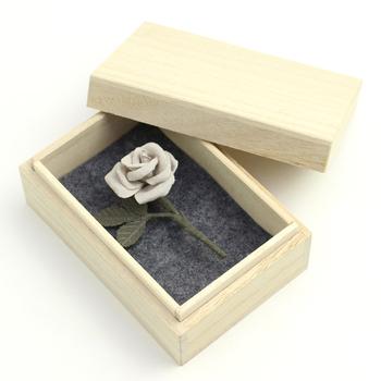 大人っぽい色合いのバラのコサージュは布製。柔らかな優しい質感が上品な雰囲気です。