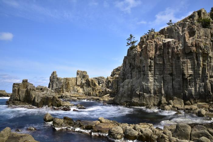 国の名勝、天然記念物「東尋坊(とうじんぼう)」は、日本海の荒波を受けた海蝕崖(かいしょくがい)。自然の作った不思議な断崖絶壁を身近に感じることのできる観光スポットです。観光遊覧船も運航しており、海上からも見ごたえのある東尋坊を眺めることができます。