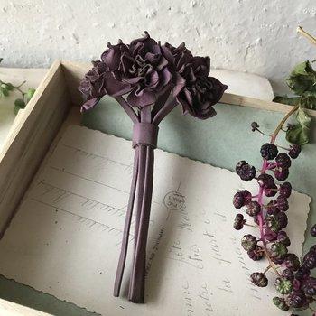 シックな水仙の花束は牛革を染めて作られたもの。深い色合いと革の質感が大人っぽくて素敵。