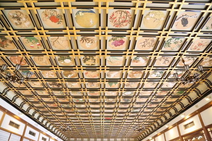 230枚もの絵が埋め込まれた、傘松閣(さんしょうかく)の天井。その中からリス1枚、鯉2枚、唐獅子2枚の5枚を見つけられると願いが叶うと言われています。探すときは、静かに探してみてくださいね。