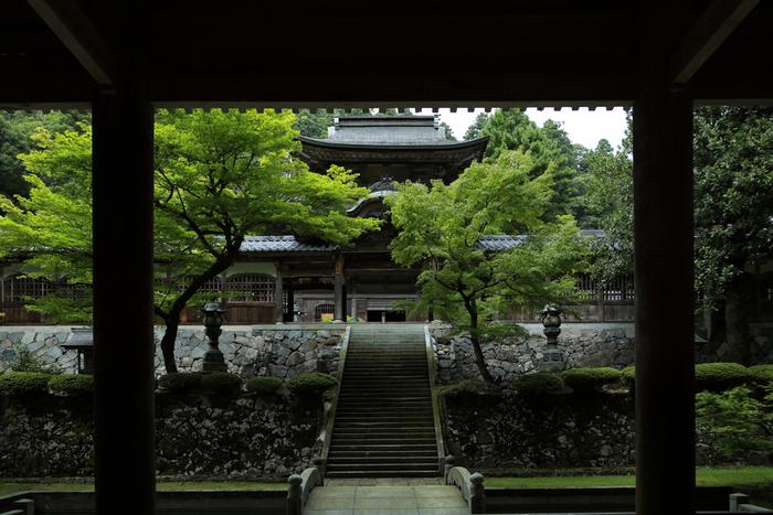 ミシュラン・グリーンガイド・ジャポンでも二つ星とされた「永平寺」は、1244年に道元禅師によって開創された日本曹洞宗の出家参禅の道場です。山門、仏殿、法堂、僧堂、庫院、浴室、東司からなる「七堂伽藍(しちどうがらん)」では、現在も約200人修行僧が禅の修行を営んでいます。