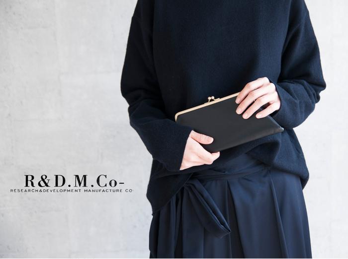 「R & D.M.Co-(オールドマンズテーラー) 」のまるでハンドバッグのようなレトロ可愛いガマ口レザー財布。カウレザーの高級感と、スッキリとシンプルなデザインが素敵です。