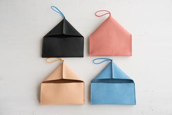 お財布なの?という見た目の「toe to knee(トートーニー)」の革の長財布。こちらは見開いた状態。とっても小銭が見やすく出しやすい設計で、使い勝手も抜群。