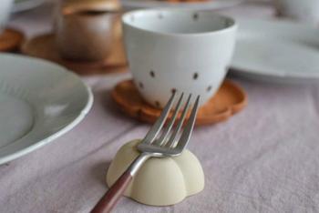 豆皿を伏せてカトラリーレストとして使う方法も。ちいさく丸みのある、かわいい底の部分を見せるのも魅力的な使い方ですね。