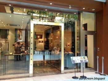 """フランス・パリ発祥のチョコレートブランド""""ジャンポールエヴァン""""。「ショコラが幸せをつくりだす」をコンセプトに、まるで芸術品かのように美しい見た目、素材にこだわったショコラを販売しています。今回ご紹介するのは、伊勢丹新宿店。フランス・パリらしい、洗練されたお洒落な外観が目印。"""