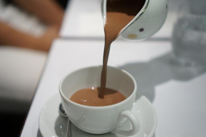 こちらで頂けるホットチョコレート(ショコラショー)は、カカオの香りが際立つコク深い一杯。甘さ控えめなので、一緒に食べるスイーツとも相性抜群です。