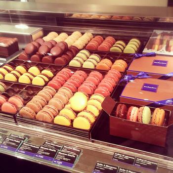 ショーケースには美味しそうなスイーツがずらりと並びます。ケーキの種類も豊富で、どれを食べてもとにかく美味しいと評判!ケーキ、マカロンなどのスイーツは、ホットチョコレートなどのお好みのドリンクと一緒に店内で頂けるので、お好きな組み合わせを見つけてみてはいかがでしょう。