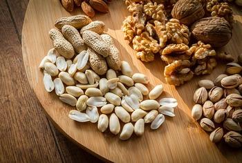 程よい硬さで歯ごたえのあるナッツやクルミを食べれば、よく噛んでいるうちに気分も変わるかも? お腹が空いてモチベーションが上がらない時にも適度に小腹が満たされるのでおすすめです。