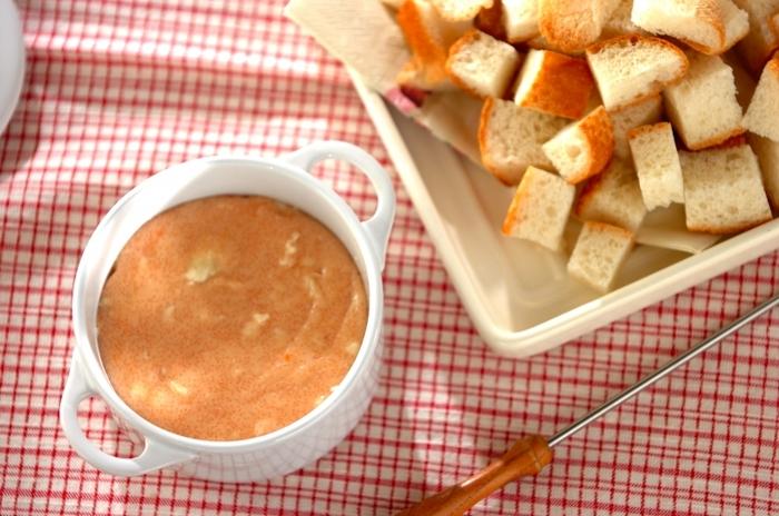カマンベールチーズ、白ワイン、明太子をレンジにかけるだけ。簡単に時間をかけず、おしゃれな変わりフォンデュが楽しめます。明太子のうまみ、コク、辛さとチーズがよくマッチします。