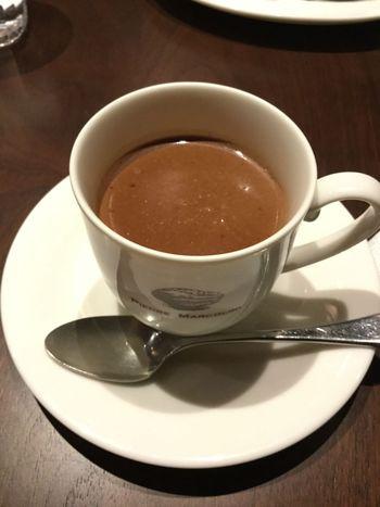 シンプルなホットチョコレートは、とても濃厚で、まったりとした口当たりの中にも、ほんのりビターな甘さも感じる一杯。