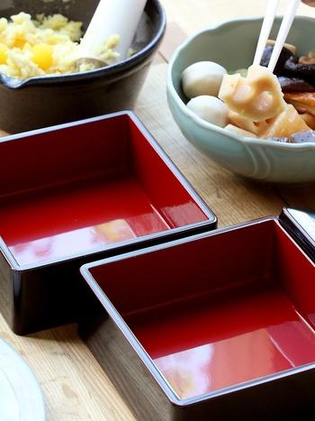 最近では、三段(三の重まで)が一般的になっているようですが、それぞれの段にもきちんと意味があるんですよ♪  (一の重)前菜に当たるお料理で、黒豆や栗きんとん、昆布巻きなど (二の重)メインとなる料理、焼き物や海老、数の子など (三の重)筑前煮やこんにゃく、里芋といった煮物  重箱以外にもプレート皿など、さまざまな器へ盛りつけるのも人気。今回は、おすすめの重箱や器をご紹介していきます。