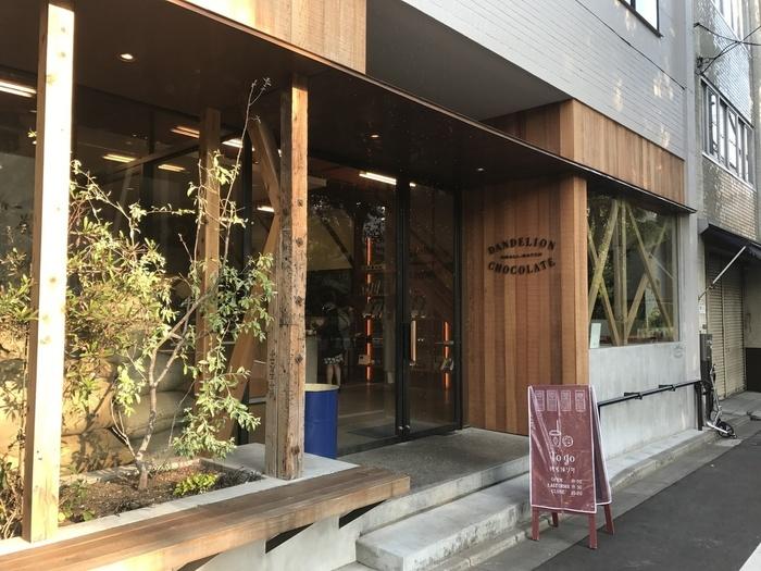 """""""ダンデライオンチョコレート""""は、サンフランシスコ発祥のお店で、蔵前にある店舗が日本第1号店なんだとか。 現在は、神奈川県の鎌倉や三重県の伊勢などにも店舗を展開しています。ウッディーな外観がとってもお洒落な雰囲気。目の前が公園という静かな立地にあるので、一人で読書をしながらゆっくりと過ごしたり、お友達とのんびり語らうのにぴったりなお店です。"""