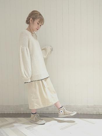 スカートとのホワイトコーデはなんだか幻想的な雰囲気。冬のデートにも着てみたいコーディネートですね。厚手のニットと軽やかなスカートのコントラストも素敵です♪