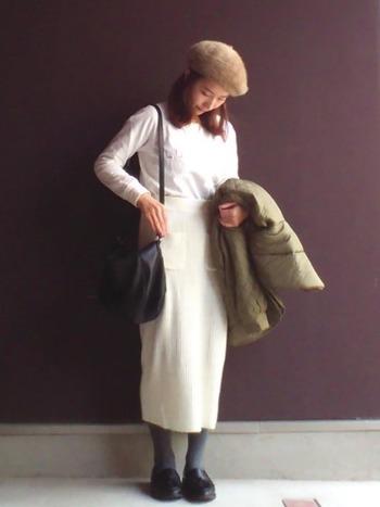 人気継続中のタイトシルエットのニットスカート。ホワイトトップスをインすることで、ワンピのような見え方に。カーキやベージュなど、優しいアースカラーもよく映えます。ブラックのシューズは、グレーのタイツで色を調和させるのがコツです。