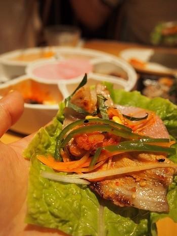 「包む韓国料理」の定番、サムギョプサル。薄いお肉に、野菜をたくさん乗せて包むと生野菜のしゃきしゃき感とジューシーなお肉がたまらないおいしさ。  野菜につける「サムジャン」という味噌は、韓国南東部でハンマリ(甕壺)に寝かせて仕込む料理長の手作り。野菜のおいしさが引き立ちます。