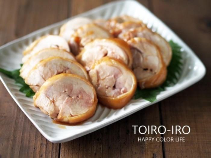 「レンジで6分」チンするだけでできてしまう、しっとり美味しい「鶏チャーシュー」。 調理時間は短いのに、びっくりするくらい柔らかく、食べ応えがあります。  「鶏むね肉」を使えば、さらにローカロリーに。