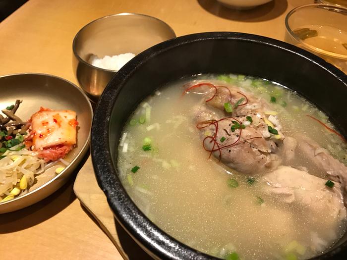 寒い季節に食べたいのが参鶏湯(サムゲタン)。スランジェでは疲労回復に効果が期待できるとされている「ファンギ・オガピ」や甘みのある「ナツメ」などいろいろな種類の薬膳食材をスープに使っています。  骨付き鶏肉の旨みもたっぷりで、翌朝のお肌がつやつやになるかも、と注文する女性も多いそう。ぜひ、スープも残さずいただきたいですね。