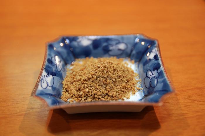 【「杵つきごま本舗 ごま福堂 錦市場店」のセサミマイスターの手作りの「杵つき金ごま」】