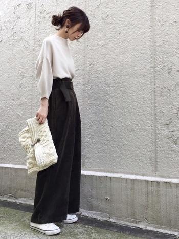 意外と取り入れやすいのがホワイトバッグ。せっかくなら冬ならではの素材を選んでみましょう。  こちらはパンツ以外ホワイトで合わせたコーディネート。ホワイトのニットバッグがとてもいいアクセントになっていますね。