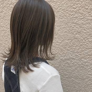 前上がりにレイヤーを入れた、モテ系のストレートセミロング。毛先を数センチだけハネさせて、程よく自分らしい個性も加わえましょう。