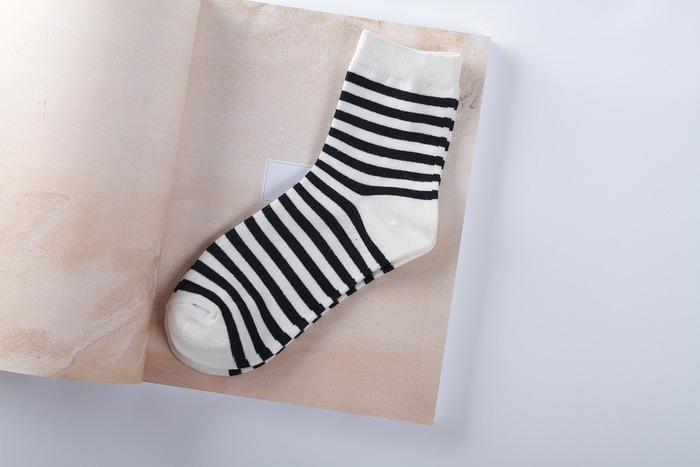 暖房のきいた部屋にいても、お風呂に入ってもつま先が冷たい…。こんなお悩みも多いですよね。そんなときは靴下を重ねて履くことをおすすめします。できれば「絹→綿」を交互に4枚。最近は、重ね履き専用の「冷えとり靴下」もたくさん売られていますよ。