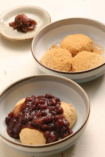 """関東と、関西では、""""ぜんざい""""の内容が異なります。  京都で""""ぜんざい""""と言えば、小豆を甘く炊いた汁のことですが、関東で""""ぜんざい""""と言えば、餅に汁気のない小豆餡を添えた甘味のこと指します。  また、関西では、関東の汁気のないものは、""""亀山(かめやま)""""もしくは""""金時(きんとき)""""と呼び、汁気のあるものは""""汁粉""""と呼んでいます。  【画像は、「錦 もちつき屋」の『亀山』】"""