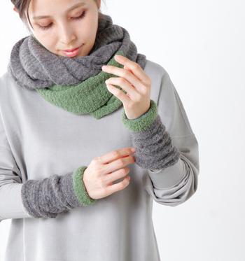 自宅で過ごすとき、手袋をするわけにはいきません。アームウォーマーなら、手首を温めつつ、きちんと家事もこなせます。優しいグリーンとグレーの組み合わせが素敵なアームウォーマーは、コーデの程よいアクセントにも♪