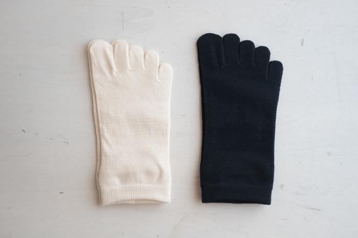 先にご紹介した「絹&綿」の組み合わせ。5本指タイプは指の間の汗もしっかり吸ってくれて、重ね履きをしてもとても快適なんです。