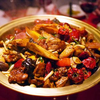 中村 玄を訪れたら必ず食べたいと言われるのが、汁なし火鍋の「麻辣香鍋」。花椒(ファアジャオ)と四川特産の朝天唐辛子をたっぷり入れて具材を炒めています。見るからに辛そうで、ビールが進みそう。