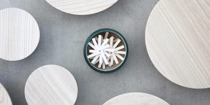 「畑漆器店」は、1930年に手塗り職人・畑卯之松氏が創業した漆器メーカー。石川県加賀市で450年もの間培われてきた「山中漆器」の木工ろくろ挽きの技術を基に製造されています。