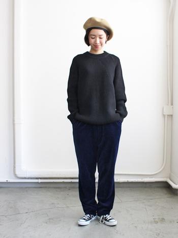 程よくボリューミーなシルエットは、女性が着ると可愛らしい雰囲気に。メリハリのある美しいシルエットなのでさらっと一枚で着ても様になりますね。全身ブラックでミニマルにまとめつつ、ベージュのベレー帽でアクセントをつけるテクニックはパリジェンヌみたいで素敵。簡単なのでぜひ真似してみて。