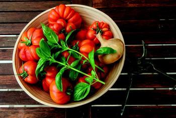独特の風味のバジル。 ヨーロッパ料理にもよく使われますが、実はインドやインドシナあたりが原産なのだそう。 トマトとよく合うハーブです。