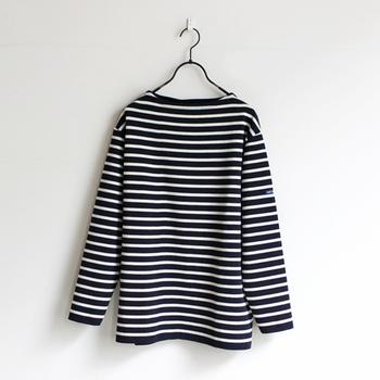 フランスの老舗カットソーメーカー「セントジェームス」の定番セーター。年齢・性別問わず長く愛用できる一枚は、パートナーや家族へのプレゼントにもぴったりですね。ゆったりとしたシルエットですが襟元はコンパクトで、一枚でもきちんと感のある上品な着こなしが叶います。