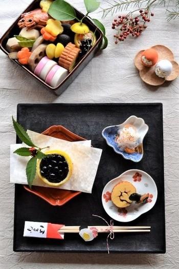 """日本のお正月に欠かせない「おせち料理」。 最近では、食べないおうちもあるかもしれませんが、元旦の食卓におせち料理が並ぶと、やっぱり華やかな気持ちになりますよね♪  ところで、「おせち調理」はなぜ重箱に詰めるのかご存知ですか?重箱は上に""""重ねて""""いくことができるので、「めでたさが重なるように」という縁担ぎなのだとか。"""
